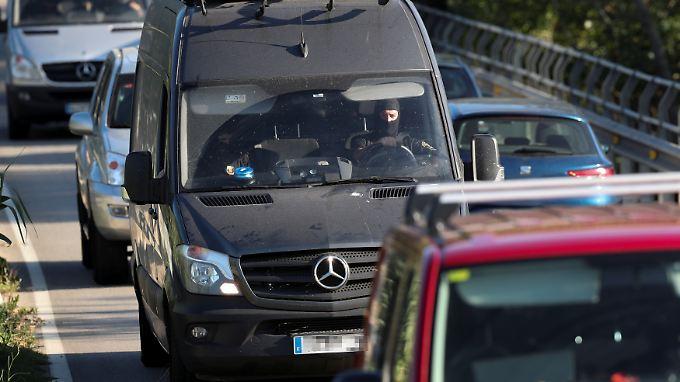 Spezialeinsatzkräfte der Polizei am Einsatzort in Subirats: Terrorfahnder konzentrieren sich auf das Umfeld der Hauptverdächtigen.
