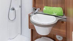 Platz auf kleinem Raum: Dank klappbarem Waschbecken wird im Bad jeder Zentimeter ausgenutzt.