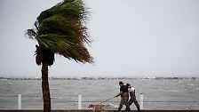 """Am späten Freitagabend trifft Hurrikan """"Harvey"""" mit Geschwindigkeiten von 215 Stundenkilometern …"""