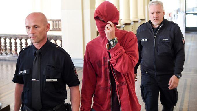 Der angeklagte Niederländer wird von Freunden und Unterstützern im Gerichtssaal empfangen.