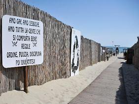 """""""Regeln: Ordnung, Sauberkeit, Disziplin, Strenge"""" - ein Schild am Strand Punta Canna."""