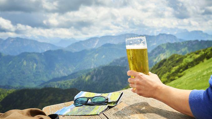 Alkohol wirkt als Stimmungsbeschleuniger auf Weihnachtsfeiern ebenso wie auf Wanderungen.