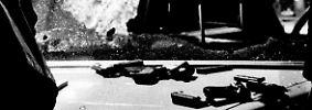 Das RAF-Kommando eröffnet sofort das Feuer. Knapp 120 Schüsse feuern sie ab.