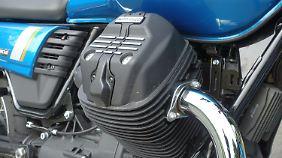 Wie bei Moto Guzzi üblich, ragen die zwei Zylinder schräg unterm Tank hervor.