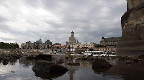 Graue Wolken über Dresden: So oder so ähnlich wird es in Deutschland an diesem Wochenende überall aussehen.