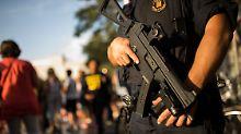 Ein spanischer Polizist patroulliert auf Las Ramblas.