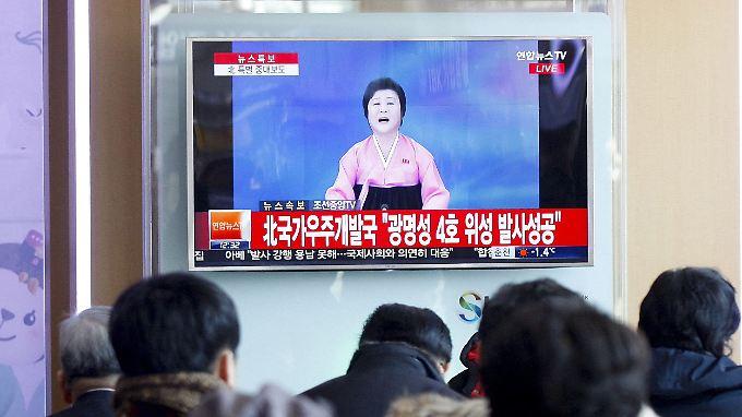Hier verfolgen Menschen in Südkorea die Ansage von Ri Chun Hee, die für ihre dramatischen Auftritte bekannt ist.