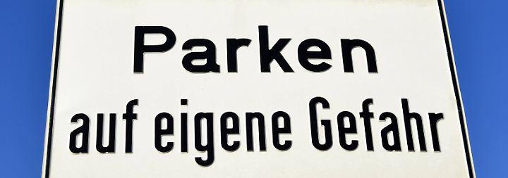 Grundsätzlich ist das Parken auf normalen Ortsdurchgangsstraßen erlaubt, aber es müssen noch weitere Regeln beachtet werden.