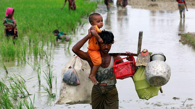 Ein muslimischer Flüchtling auf dem Weg nach Bangladesch. In den vergangenen Wochen haben mehr als 100.000 Rohingya das Land verlassen.