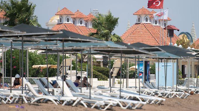 Leere am Strand von Lara bei Antalya: Das Auwärtige Amt rät Türkei-Reisenden nach mehreren fragwürdigen Festnahmen derzeit zur Vorsicht.