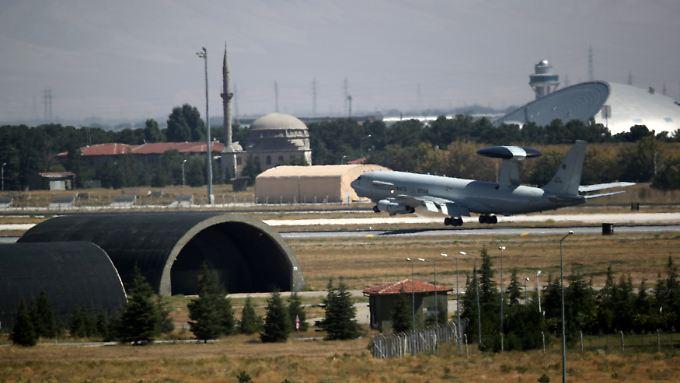 Mit einem Awacs-Flugzeug landen die Abgeordneten auf dem Militärflughafen im türkischen Konya.