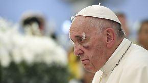 Blut des heiligen Vaters: Papamobil verpasst Franziskus blaues Auge