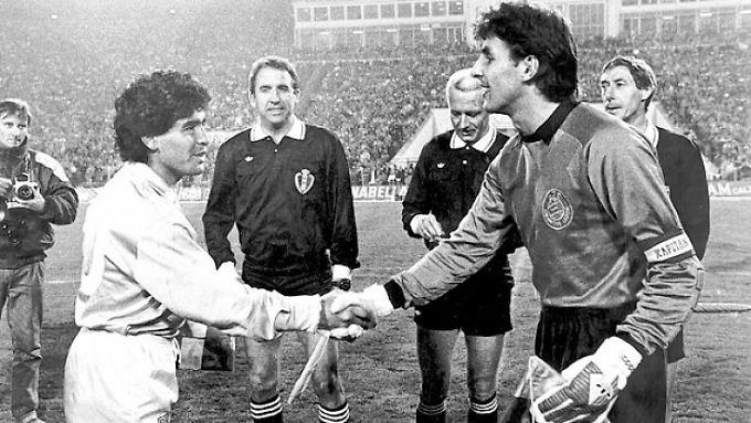 Guten Abend: Loks Kapitän René Müller begrüßt am 26. Oktober 1988 Diego Maradona.