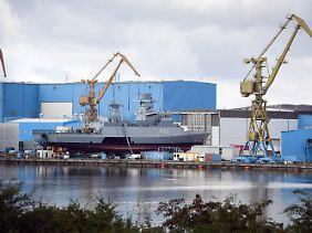 """Ausrüstungsarbeiten auf der Peene-Werft in Wolgast: Die """"Oldenburg"""" ist eine Korvette vom Typ K130."""