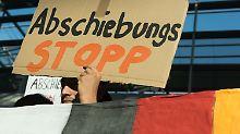 Proteste am Flughafen Düsseldorf: Abschiebeflug nach Afghanistan gestartet