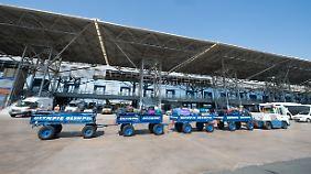 Ein Fahrzeug mit Gepäckstücken fährt auf dem Rollfeld des Airports von Thessaloniki.