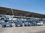 Ein Fahrzeug mit Gepäckstücken fährt auf dem Rollfeld am Flughafen Thessaloniki in Griechenland.