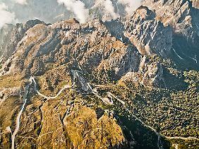 Der Berg, die Straße, die Einsamkeit - und das Ganze wie gemalt.