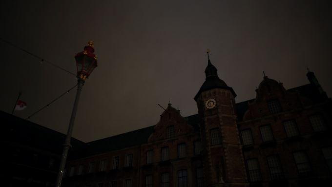 """Die Rathausbeleuchtung wurde während der """"Dügida""""-Demo abgestellt."""