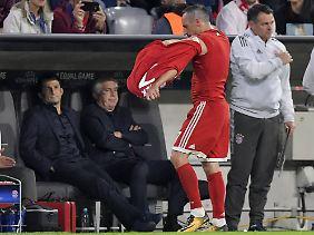 Ribéry ließ seinen Ärger am Trikot aus.