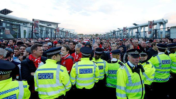 Die Polizei versperrt den Köln-Fans den Weg.