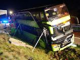 Der Bus musste abgestützt werden, um nicht umzukippen.