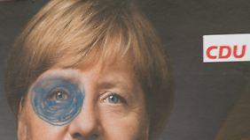 Ein beschmiertes Wahlplakat der CDU in Berlin