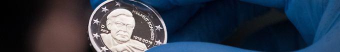 Der Tag: 17:04 Helmut Schmidt erhält Zwei-Euro-Münze