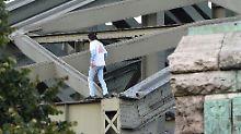 Protest auf Kölner Brücke: Asylbewerber legt Bahnverkehr lahm