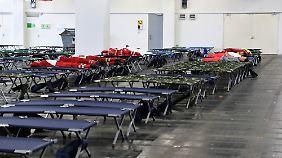 Auf dem Frankfurter Messegelände wurden Dutzende Betten für eine längerfristige Evakuierung bereitgehalten.