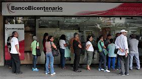 Warteschlange an einer Bank in Caracas.