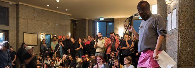 Mit eigenem Programm: Künstler besetzen Berliner Volksbühne