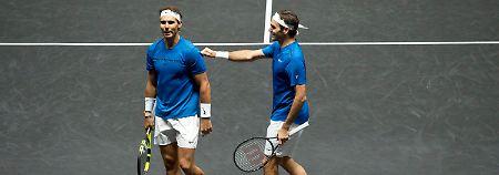 Der Weltranglistenzweite Roger Federer (r.) gratuliert seinem Doppel-Partner und Weltrangenlistenerstem Rafael Nadal.
