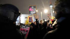 Rund 700 Demonstranten protestierten am Alexanderplatz gegen die AfD.