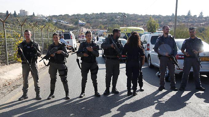 Israelische Soldaten riegeln den Tatort ab.