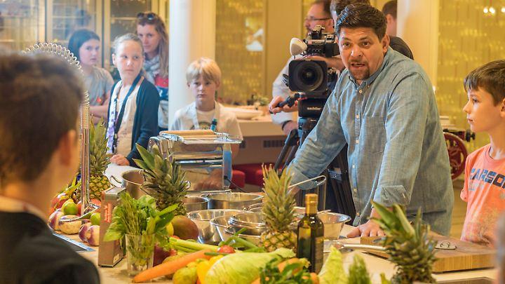 """Das Kochstudio auf """"Aida Perla"""" und """"Aida Prima"""" trägt den Zusatz """"by Tim Mälzer"""". Der Fernsehkoch ist auch öfter an Bord und kocht dabei zum Beispiel mit Kindern."""