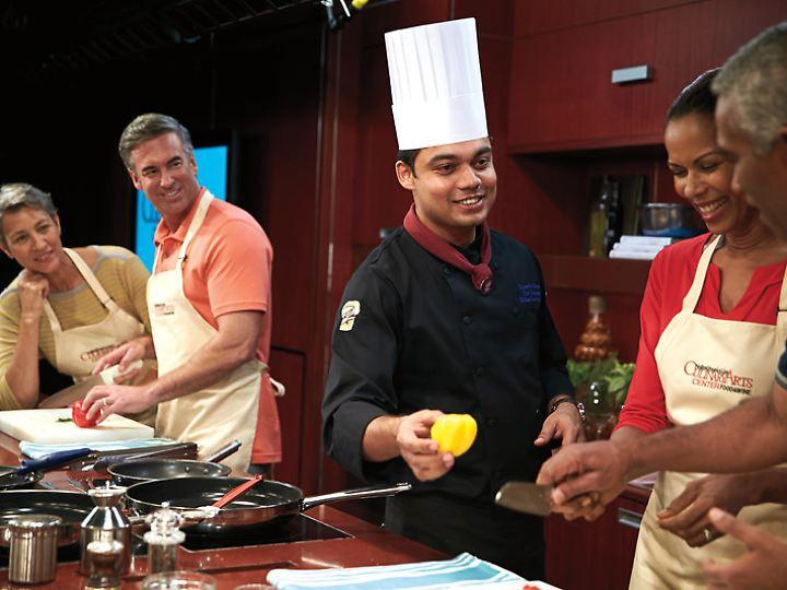 """Selbst Hand anlegen dürfen Passagiere im """"Culinary Arts Center"""" auf Schiffen von Holland America Line."""