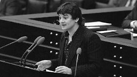 """Joschka Fischer nannte den Bundestag """"eine unglaubliche Alkoholikerversammlung, die teilweise ganz ordinär nach Schnaps stinkt""""."""