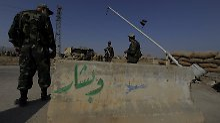Syrische Soldaten an einem Kontrollpunkt bei Deir Essor.