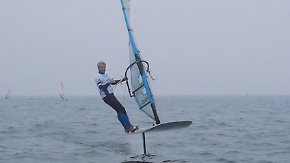 "Hoch hinaus dank ""Foiling"": Windsurfer schweben über dem Meer"