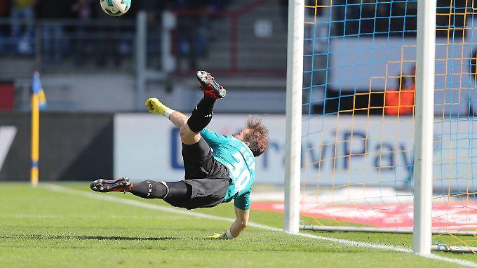 Flieg Junge, flieg: Pauli-Keeper Robin Himmelmann frustrierte mit seinem Top-Paraden die Angreifer von Eintracht Braunschweig.