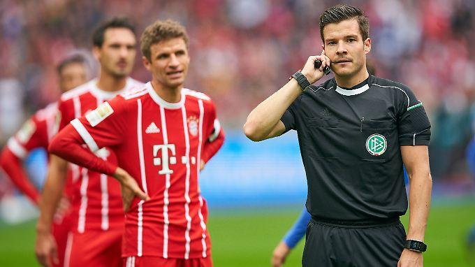 Halllo, hallo? Schiedsrichter Harm Osmers in Berlin.