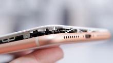 Bei diesem iPhone 8 Plus hat angeblich ein aufgeblähter Akku das Display aus dem Rahmen gesprengt.
