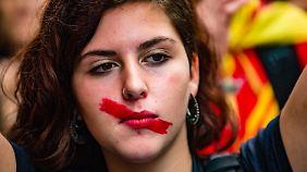 """Rajoy: """"Referendum hat nie stattgefunden"""": Katalanen demonstrieren gegen Polizeigewalt"""