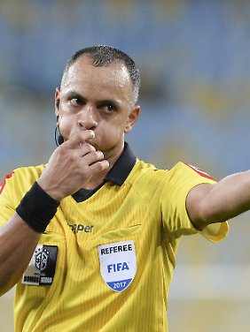 Wilton Sampaio pfeift die Partie Argentinien gegen Peru.