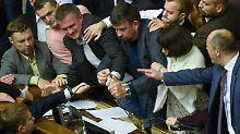 Tumult in ukrainischem Parlament: Kampf ums Mikro beendet Debatte