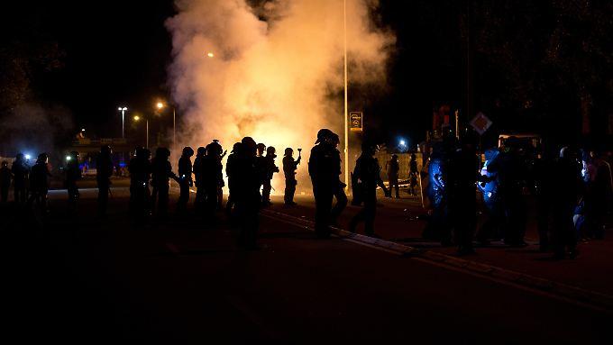 Die Polizei sichert den ehemaligen Praktiker-Baumarkt in Heidenau vor Übergriffen von Gegnern der Asylunterkunft.