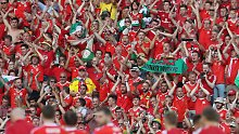 Bekann aus Funk, Fernsehen - und von der EM in Frankreich: die walisischen Fans.