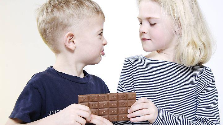 Viele Eltern achten darauf, ihren Kindern das Teilen beizubringen. Bei Mädchen allerdings mehr als bei Jungen.