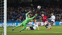 Martin Ödegaard (2.v.r.) trifft zum 2:1 für Norwegen.